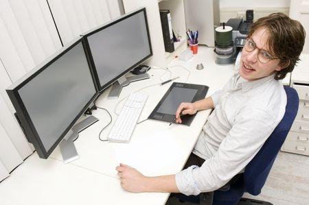 2 écrans d'ordinateur