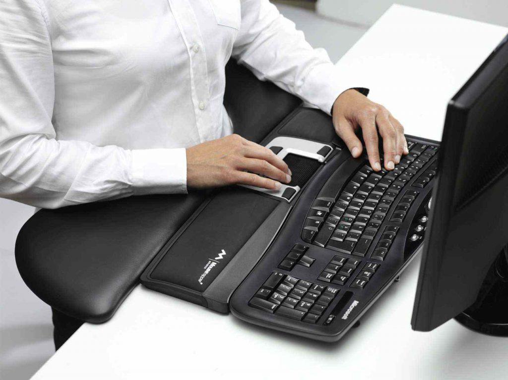 Souris centrale pour réduire les douleurs à l'épaule au bureau