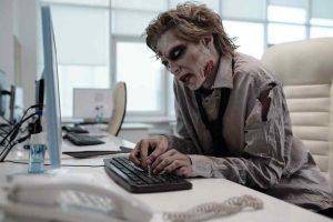 Se faire mal aux poignets en prenant des appuis sur le bureau - zombie